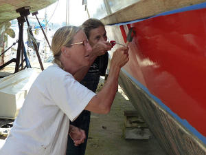 Petra and Hanneke painting the hull