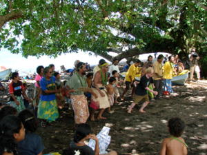 Villagers dancingvunder a tree