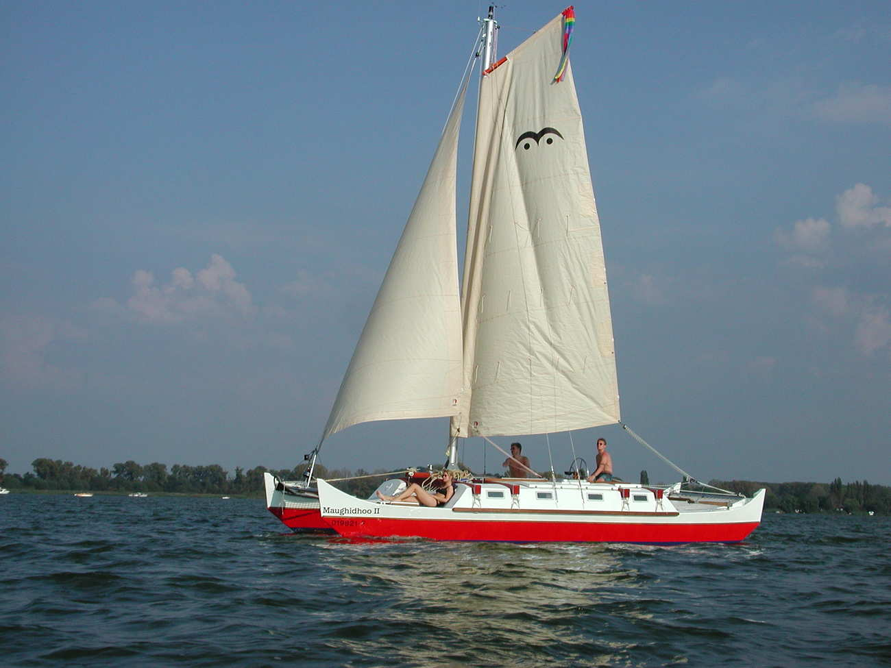 Pahi 31 sailing, three people on deck